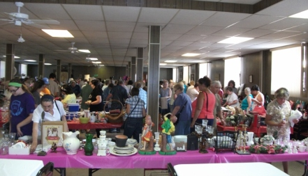 2015 Aug 1 Flea Market View of Crowd 2(800x459)